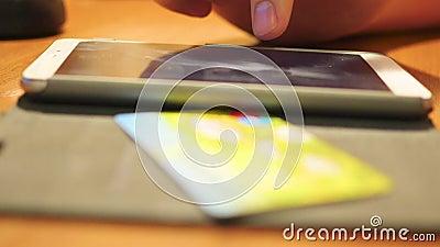 Δώστε μια μεταφορά καλωδίων των χρημάτων με την πιστωτική κάρτα χρησιμοποιώντας ένα smartphone φιλμ μικρού μήκους