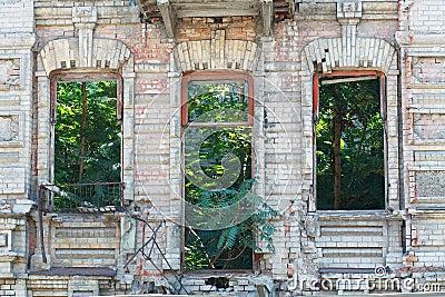 Εγκαταλειμμένη πρόσοψη οικοδόμησης