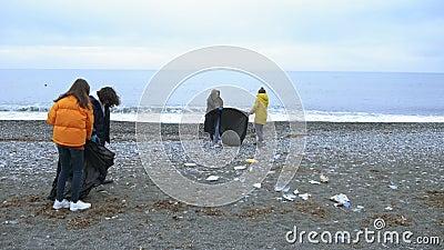 Εθελοντές καθαρίζουν σκουπίδια στην παραλία το φθινόπωρο Περιβαλλοντικά θέματα φιλμ μικρού μήκους