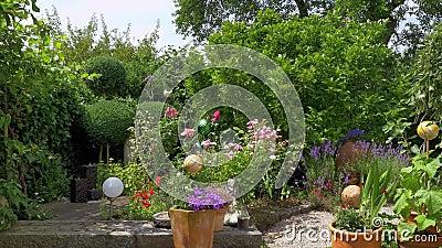 Ειδυλλιακός κήπος το καλοκαίρι, Βαυαρία, Γερμανία, Ευρώπη απόθεμα βίντεο