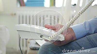 Εικόνα με τη συνεδρίαση ατόμων στην έδρα στο δωμάτιο γραφείων που χρησιμοποιεί τη σύνδεση τηλεφωνικών γραμμών εδάφους απόθεμα βίντεο