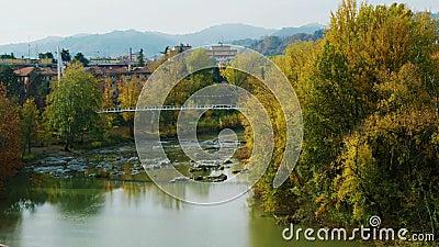 Ειρηνικός φθινοπώρου ποταμών ποταμός reno γεφυρών για πεζούς πτώσης τοπίων πόλεων ήρεμος Μπολόνια - Casalecchio Di Reno - Ιταλία φιλμ μικρού μήκους
