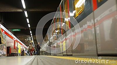 Εισερχόμενη αμαξοστοιχία μετρό στο μετρό φιλμ μικρού μήκους