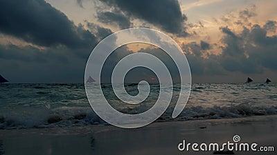 Εκπληκτικά χρώματα τροπικού ηλιοβασίλεμα Σιλουέτες με ιστιοφόρα που επιπλέουν σε ορίζοντα ωκεανού Τα κύματα των ωκεανών πλένουν τ απόθεμα βίντεο