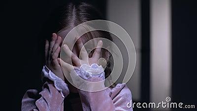 Εκφοβισμένο κλείνοντας πρόσωπο μικρών κοριτσιών με τους φοίνικες, φοβισμένους της έννοιας φοβίας φαντασμάτων φιλμ μικρού μήκους