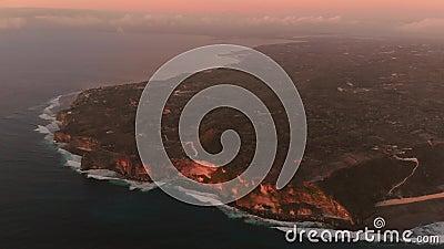 Εναέρια άποψη της περιοχής Uluwatu και των ωκεανών με τόνους ηλιοβασιλέματος στο Μπαλί φιλμ μικρού μήκους