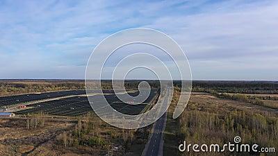 Εναέρια άποψη του πεδίου των ηλιακών συλλεκτών - Electricity Eco κοντά στον αυτοκινητόδρομο φιλμ μικρού μήκους