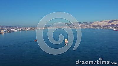 Εναέρια άποψη του πλοίου μεταφοράς εμπορευματοκιβωτίων που πλέει με φορτίο από εμπορικό θαλάσσιο λιμένα φιλμ μικρού μήκους