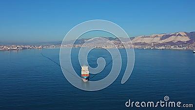 Εναέρια άποψη του πλοίου μεταφοράς εμπορευματοκιβωτίων που πλέει με φορτίο από εμπορικό θαλάσσιο λιμένα απόθεμα βίντεο