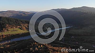 Εναέρια άποψη του τοπίου φθινοπώρου: βουνά, δάση και ποταμός Άνετα ξύλινα εξοχικά σπίτια στις κλίσεις Καρπάθια βουνά στο U απόθεμα βίντεο