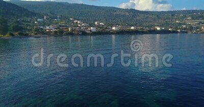 Εναέρια άποψη του χωριού Portes στο ελληνικό νησί της Αίγιας, Σαρωνικός κόλπος, Ελλάδα απόθεμα βίντεο