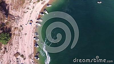 Εναέρια άποψη των βαρκών στην ακτή λιμνών απόθεμα βίντεο