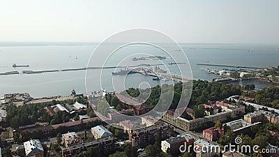Εναέρια πτήση με υψηλό drone πάνω από το Μέσο Λιμάνι και το Petrovsk Park Kronstadt Russia, με φωτογραφίες στο 4K UHD απόθεμα βίντεο