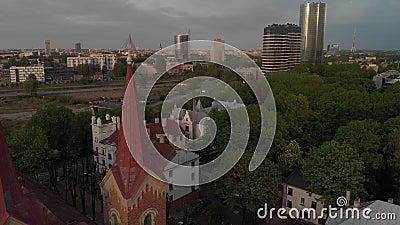 Εναέρια τοπ άποψη της όμορφης εκκλησίας στη Ρήγα, ευρωπαϊκό κεφάλαιο κατά τη διάρκεια του χρυσού ηλιοβασιλέματος ώρας - Ev του Ma απόθεμα βίντεο