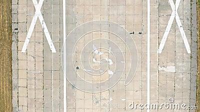 Εναέρια POV άποψη της απογείωσης διαδρόμων πέρα από τον αερολιμένα Πυροβολισμός κηφήνων απόθεμα βίντεο
