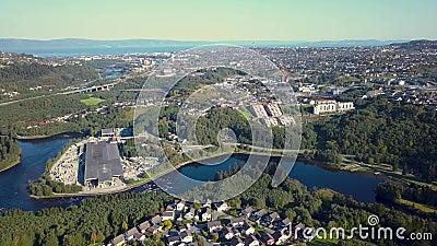 Εναέριος συλλάβετε του φραγμού των σπιτιών στο Τρόντχαιμ, Νορβηγία - ηλιόλουστη θερινή ημέρα φιλμ μικρού μήκους