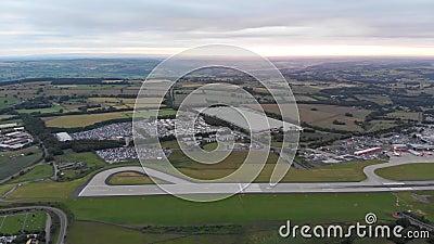 Εναέριο μήκος σε πόδηα μιας πρόσφατα χτισμένης κατοικήσιμης περιοχής στην περιοχή Middleton του Λιντς στο Δυτικό Γιορκσάιρ UK φιλμ μικρού μήκους