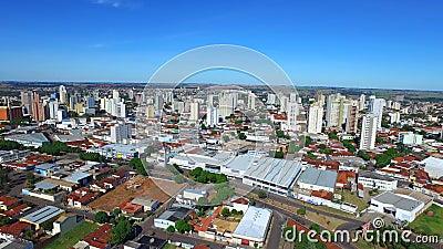 Εναέριο μήκος σε πόδηα της πόλης Aracatuba στην κατάσταση του Σάο Πάολο, Βραζιλία Τον Ιούλιο του 2016 απόθεμα βίντεο