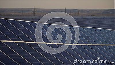 Εναλλακτική ενέργεια πολλοί ηλιακοί συλλέκτες στην ηλιακή ενέργεια μέλλον ηλεκτρικής ενέργειας απόθεμα βίντεο