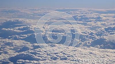 Εντυπωσιακό υλικό από αεροφωτογραφία πάνω από σύννεφα αεροπλάνου απόθεμα βίντεο