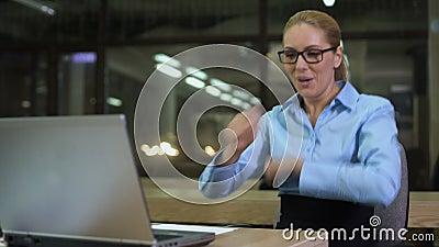 Εξαιρετικά ευτυχής επιχειρηματίας που χορεύει στον εργασιακό χώρο, επιτυχείς ειδήσεις εορτασμού απόθεμα βίντεο