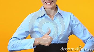 Εξαιρετικά ευτυχής επιχειρησιακή γυναίκα που παρουσιάζει αντίχειρες, προώθηση σταδιοδρομίας, επιτυχία απόθεμα βίντεο