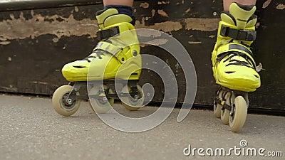 Εξοπλισμός αθλητικού χόμπι παιδιών που εξαντλείται rollerblades απόθεμα βίντεο