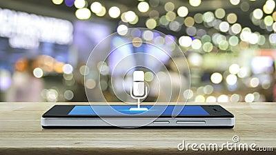 Επίπεδο εικονίδιο μικροφώνου σε μοντέρνα οθόνη έξυπνου κινητού τηλεφώνου σε ξύλινο τραπέζι πάνω από θόλωμα και σκιά εμπορικού κέν διανυσματική απεικόνιση