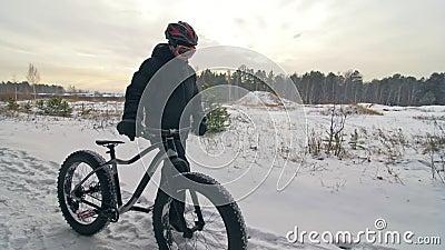 Επαγγελματικός ακραίος περίπατος ποδηλατών αθλητικών τύπων με το παχύ ποδήλατο υπαίθρια Το περπάτημα ποδηλατών στο δασικό άτομο χ απόθεμα βίντεο