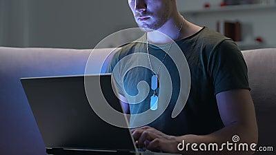 Επαγγελματικό lap-top δακτυλογράφησης μελών των ενόπλων δυνάμεων που φαίνεται κάμερα, σύνδεση στο Διαδίκτυο, εργασία φιλμ μικρού μήκους