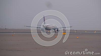 """Επιβατηγά αεροσκάφη απογειώνονται από Ï""""Î¿ διάδρομο προσγείωσης στην Αί απόθεμα βίντεο"""