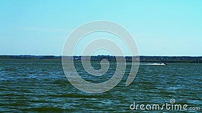 Επιπλέοντα σώματα βαρκών μηχανών σε έναν ήρεμο ποταμό χρυσό ύδωρ επιφάνειας κυματώσεων Τοπίο Ήρεμο νερό φιλμ μικρού μήκους