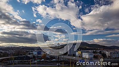 Επιταχυνόμενη κίνηση των νεφών στον γαλάζιο ουρανό πάνω από την πόλη φιλμ μικρού μήκους
