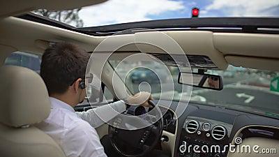 Επιτυχής επιχειρηματίας που οδηγεί το ακριβό αυτοκίνητο για να εργαστεί σε μια βιασύνη, μεταφορά απόθεμα βίντεο