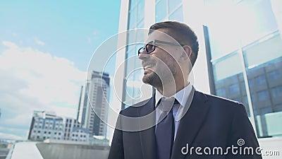 Επιτυχημένος επιχειρηματίας χαμογελαστός φωτισμένος με ήλιο, προσωπική ανάπτυξη, νικητής της ζωής απόθεμα βίντεο