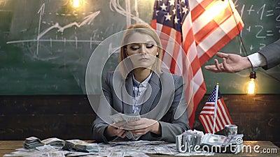 Επιχείρηση και χρηματοδότηση, τύχη ή τύχη και έννοια ανθρώπων - η γυναίκα πέρα από το υπόβαθρο αμερικανικών σημαιών δίνει τα χρήμ φιλμ μικρού μήκους