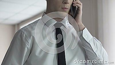 Επιχειρηματίας που απαντά στο τηλεφώνημα, συζητώντας τα ζητήματα εργασίας, που κάνουν το διορισμό απόθεμα βίντεο