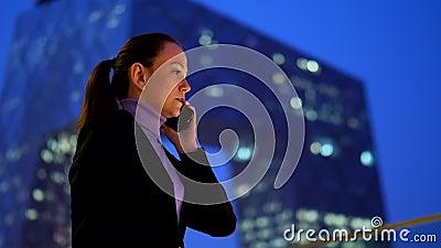 Επιχειρηματίας που μιλά στο κινητό τηλέφωνο ενάντια στον ουρανοξύστη κεντρικός απόθεμα βίντεο