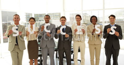 Επιχειρηματίες που κρατούν τις επιστολές που συλλαβίζουν την επιτυχία