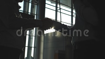 Επιχειρησιακή χειραψία εσωτερική στο γραφείο με τη φλόγα ήλιων στο υπόβαθρο Δύο επιχειρηματίες που χαιρετούν ο ένας τον άλλον Τίν απόθεμα βίντεο
