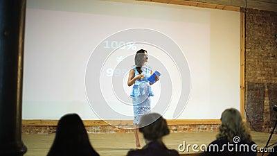 Επιχειρησιακός εκπαιδευτής που παρουσιάζει στους ανθρώπους ακροατηρίων απόθεμα βίντεο