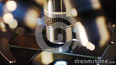 Εργαστήριο, μικροσκόπιο για τα δείγματα δοκιμής, υπόβαθρο ιατρικός εξοπλισμός, επιστημονικής και έρευνας υγειονομικής περίθαλψης απόθεμα βίντεο