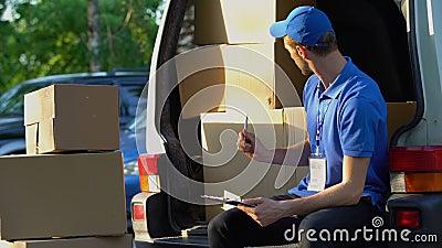 Εργατικά μετρώντας κουτιά από χαρτόνι ταχυδρόμων, αρμόδια εργασία σπουδαστών, κατάλογος φιλμ μικρού μήκους