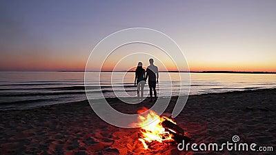 Ερωτευμένος άνδρας και γυναίκα στο νησί απόθεμα βίντεο