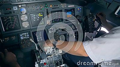 Εσωτερικό ενός λειτουργούντος πιλοτηρίου αεροπλάνων με τους πιλότους που κάθονται σε το