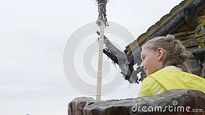 Ευτυχές κορίτσι εφήβων που οδηγά στην έλξη στο λούνα παρκ Νέο κορίτσι στο ιπποδρόμιο στο θερινό πάρκο Ενεργό καλοκαίρι απόθεμα βίντεο
