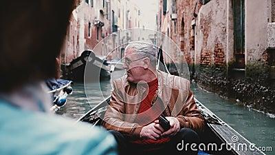 Ευτυχής ανώτερος ευρωπαϊκός αρσενικός ταξιδιώτης στη γόνδολα συγκινημένη, απολαμβάνοντας την εξόρμηση γύρου καναλιών της Βενετίας απόθεμα βίντεο