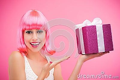 Ευτυχής γυναίκα με το δώρο