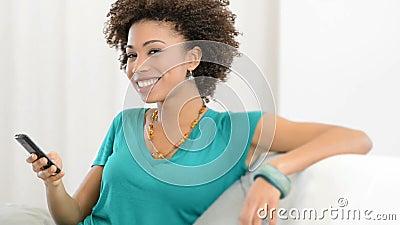Ευτυχής γυναίκα που μιλά στο κινητό τηλέφωνο απόθεμα βίντεο