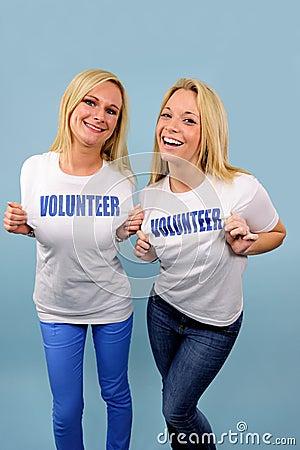 ευτυχής εθελοντής δύο κοριτσιών